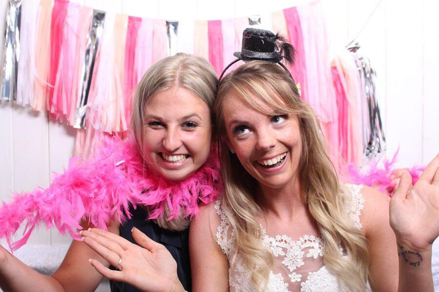 Bruid met vriendin fotobooth