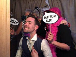 Bruidegom voor de photobooth