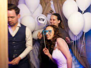 Bruidspaar voor de photobooth