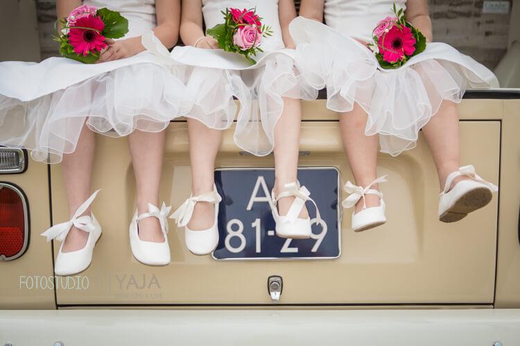 Bruidsmeisjes in de trouwbus