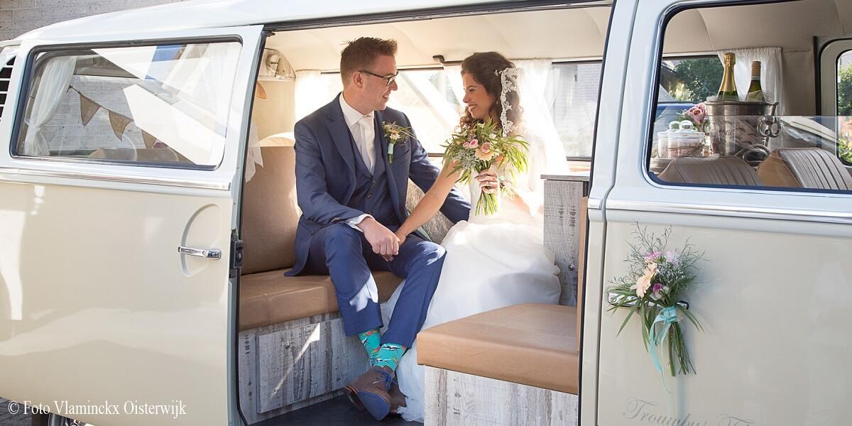 Bruidspaar in de trouwbus