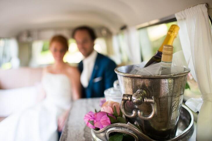 Champagne in de trouwauto - SandraStijn