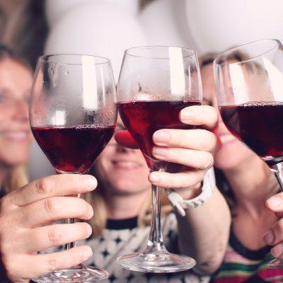 Proost met rode wijn