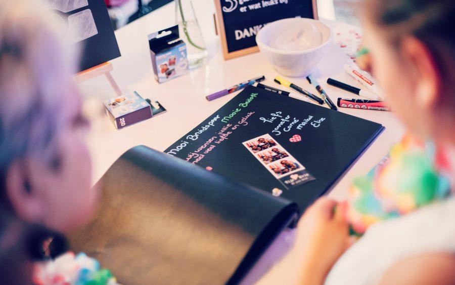Fotostrips in een zwart gastenboek