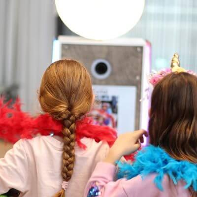 Kinderen bij de fotobooth