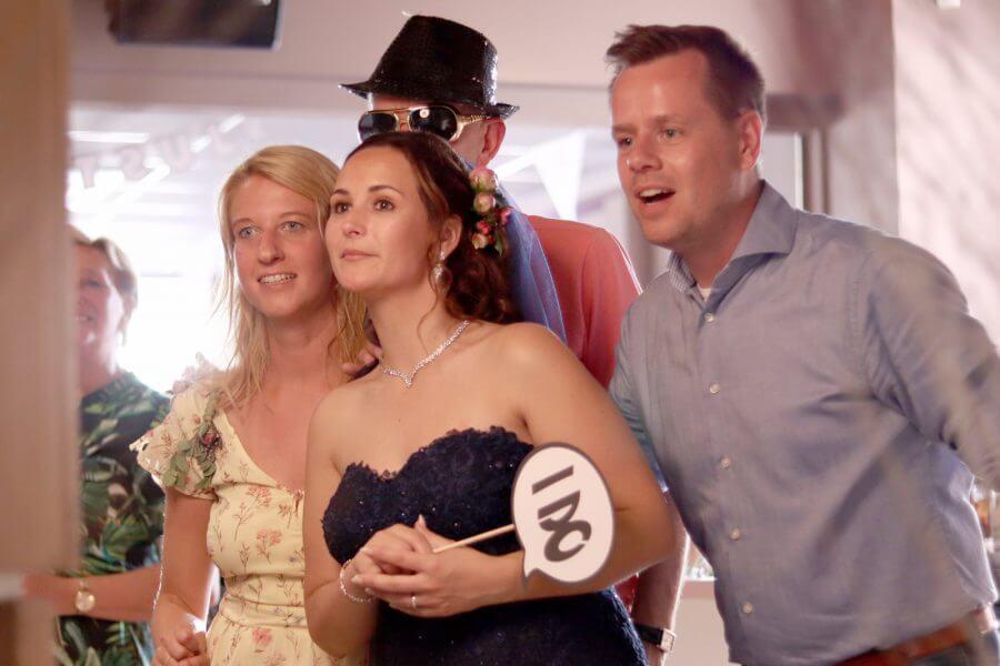 Bruidspaar met vrienden bij de photobooth
