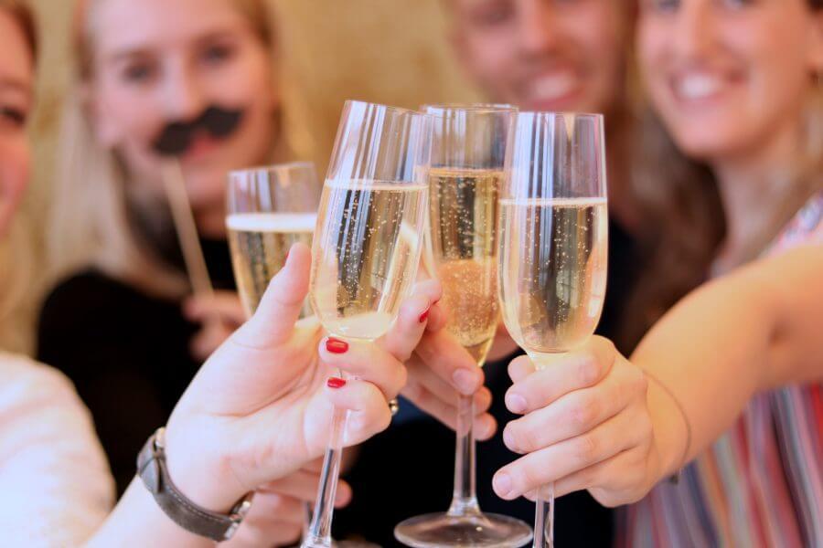 Proost met champagne-glazen