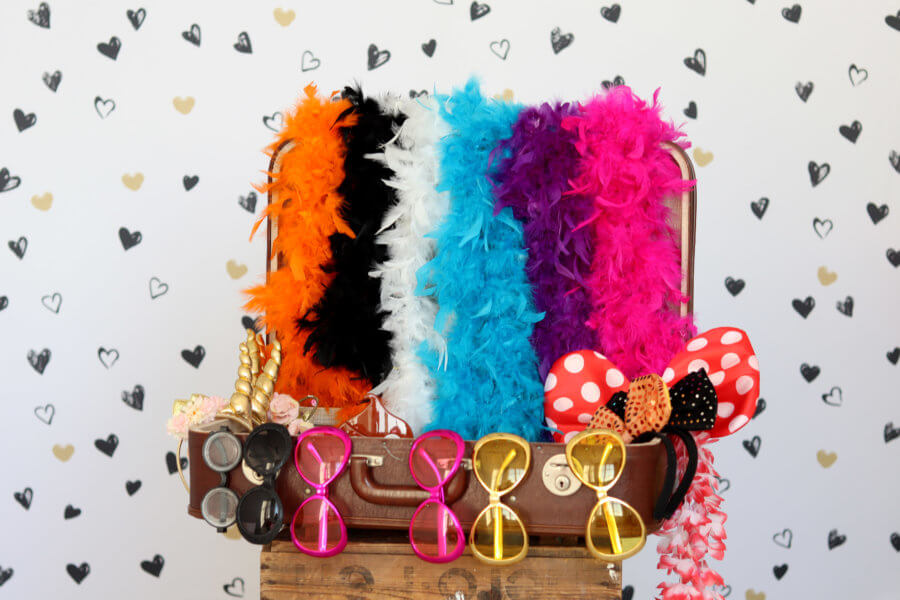 Gratis Photobooth verkleedkoffer vol met boa's, brillen, hoedjes en strikken